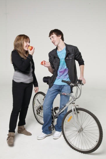 girl and guy eating apples – guy leaning against bike